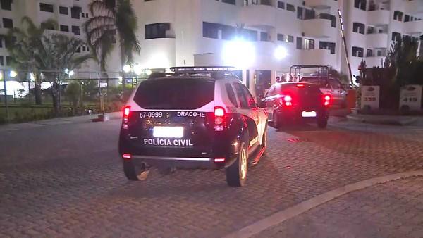 Equipe da Polícia Civil chega a condomínio no Recreio dos Bandeirantes — Foto: Reprodução/GloboNews