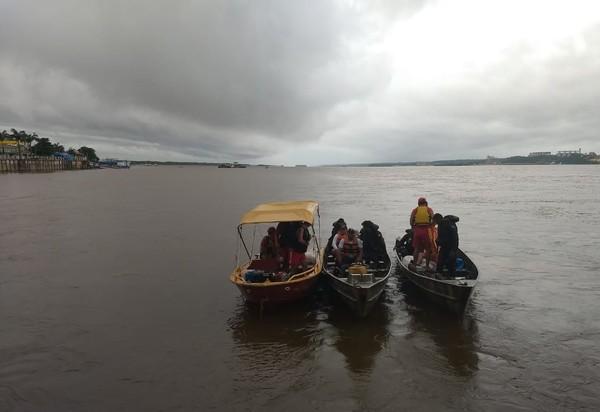 Equipes buscam desaparecidos em naufrágio no rio Tapajós. — Foto: Divulgação/ Corpo de Bombeiros