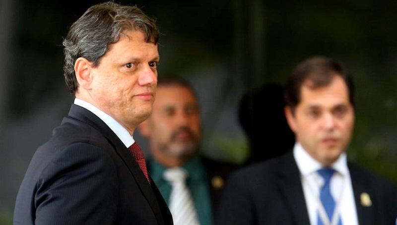 DF - BOLSONARO/TRANSIÇÃO/INFRAESTRUTURA - POLÍTICA - Tarcísio Gomes de Freitas (e), cujo   nome foi anunciado nesta terça-feira,   27, pelo presidente eleito Jair   Bolsonaro (PSL), para comandar o   Ministério da Infraestrutura, no Centro   Cultural Banco do Brasil (CCBB), sede   do governo de transição, em Brasília,   na tarde desta terça-feira, 27. O   indicado é consultor legislativo da   Câmara dos Deputados e já foi diretor   do Departamento Nacional de   Infraestrutura de Transportes (DNIT).   27/11/2018 - Foto: ERNESTO RODRIGUES/ESTADÃO CONTEÚDO