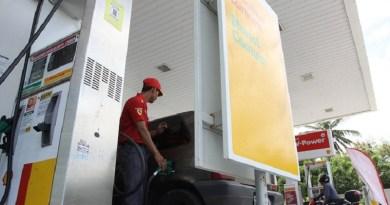 FORTALEZA, CE, BRASIL, 02-02-2015: Frentista abastece carro em bomba de gasolina e etanol, no posto Shell da avenida Rogaciano Leite. Preços dos combustíveis nos postos de Fortaleza. (Foto: Evilázio Bezerra/O POVO)