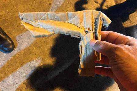 Arma de papel usada na ação pelo ladrão. (Foto:Reprodução/MMAjunkie)