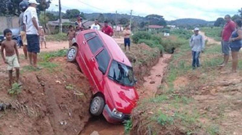 Motorista perde controle e carro cai em vala na Avenida Brasil Em Novo Progresso