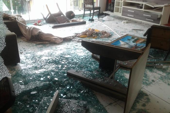 Sala da casa foi bastante destruída por populares (Reprodução Whatsapp)