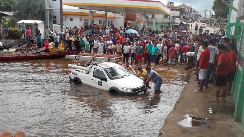 Os moradores empurraram o carro da concessionária de energia até o rio xingu (Foto: Felype Adms)