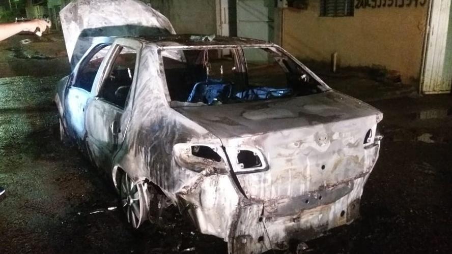 Corpo carbonizado dentro de carro é identificado