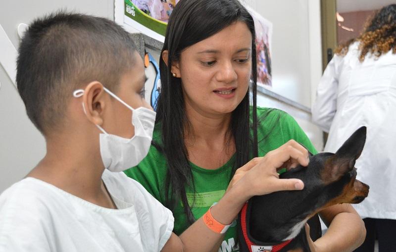 Crianças que estão em tratamento no setor oncológico infantil recebem visita do projeto pet terapia — Foto: Ascom HRBA/Divulgação