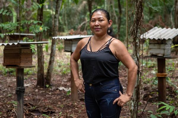 Joelma Lopes em frente à produção de mel na Reserva Extrativista Tapajós-Arapiuns, no Pará — Foto: Marcelo Brandt/G1