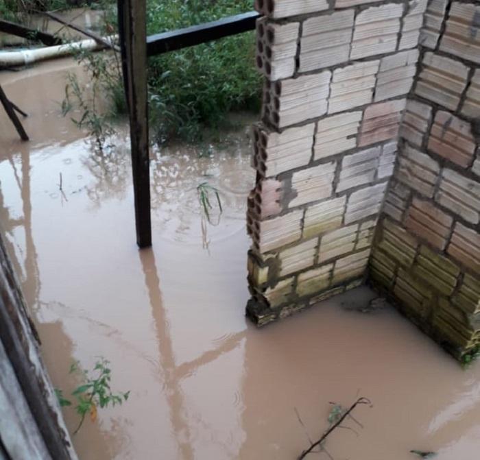 Moradores tiveram residenciais tomada pela agua da chuva. (Foto:WhatsApp)