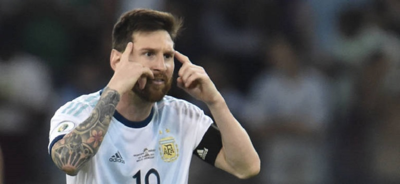 Argentina's Lionel Messi gestures after scoring a penalty against Paraguay which was awarded by the VAR after a hand in the area during their Copa America football tournament group match at the Mineirao Stadium in Belo Horizonte, Brazil, on June 19, 2019. (Photo by Douglas Magno / AFP)