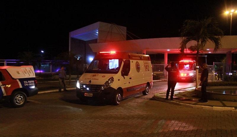 Vítimas foram levadas até a marina de um residencial por uma embarcação que auxiliou no resgate — Foto: Rickardo Marques/G1 AM