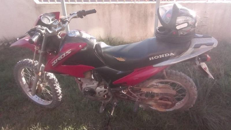 Motocicleta roubada e recuperada pela Policia Militar. (Foto:Divulgação)