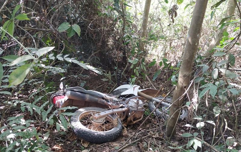 Motocicleta recuperada na vicinal jamanxin a aproximadamente 6 km da cidade em uma área de mata(Foto:Policia)