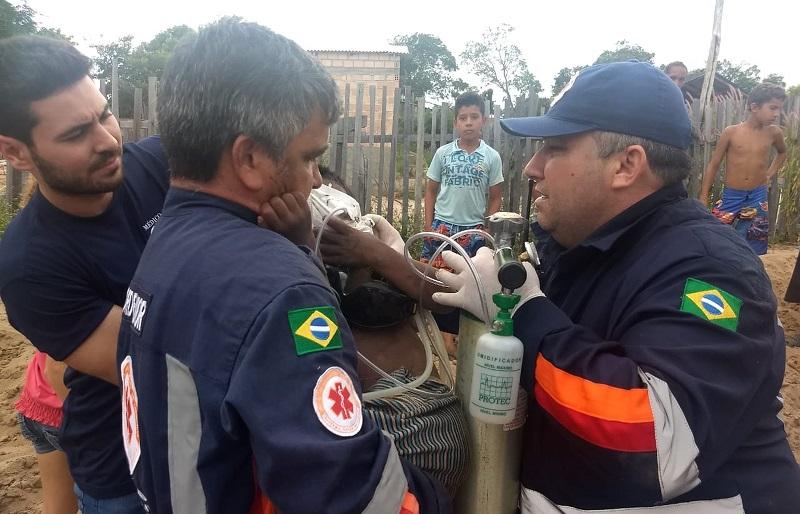 Equipe do Samu nos primeiros socorros ao menino logo após ser retirado do poço — Foto: Jaderson Moreira/TV Tapajós