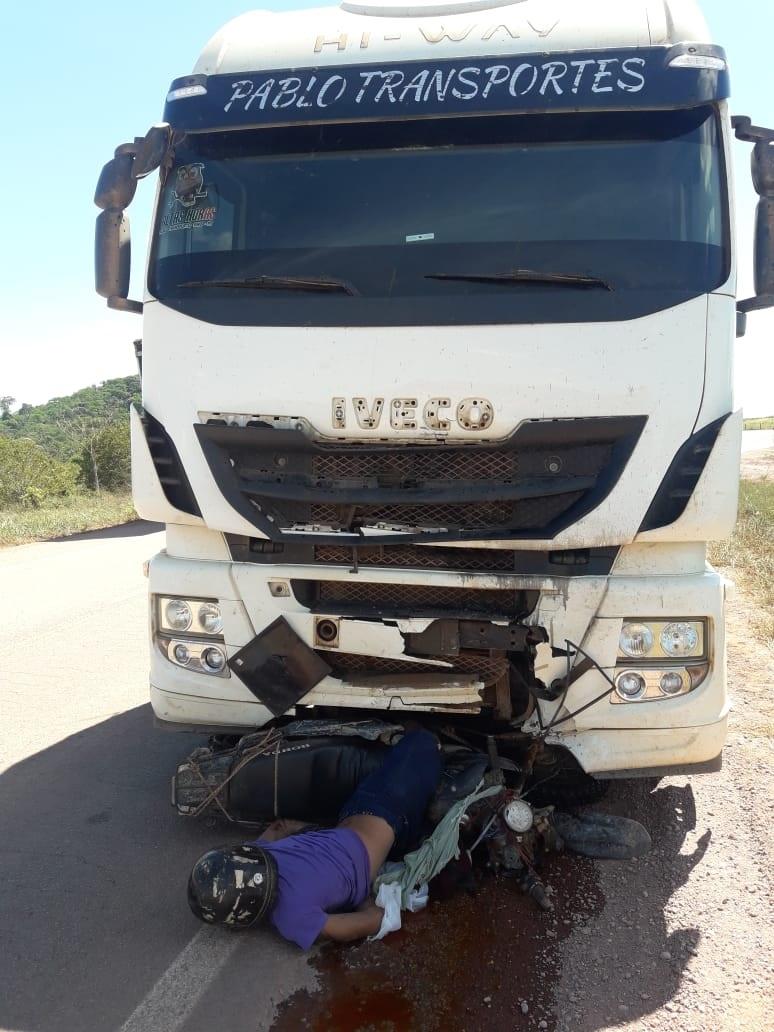 Motociclista ficou preso entre a motocicleta e o caminhão (Foto:Via WhatsApp Jornal Folha do Progresso)
