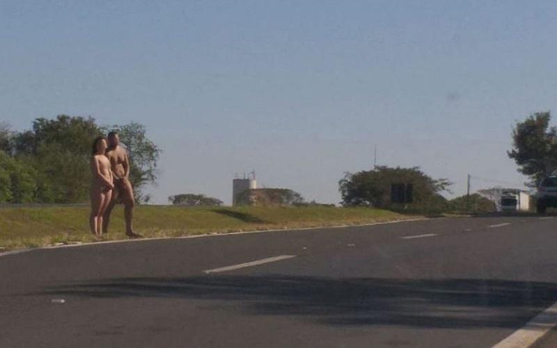 Casal é encontrado nu na Rodovia Brigadeiro Faria Lima (SP-326), em Bebedouro, SP — Foto: Redes Sociais Casal é encontrado nu na Rodovia Brigadeiro Faria Lima (SP-326), em Bebedouro, SP — Foto: Redes Sociais