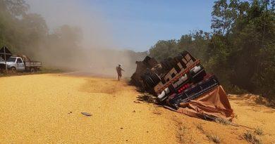 Mulher morre após tombar carreta em rodovia de Mato Grosso