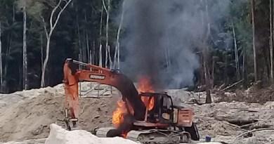 Maquina usada para extrair ouro foi destruida pro fiscais ambientais na Flona Crepori(Foto:WhatsApp)