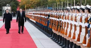 (Pequim - China, 25/10/2019) Presidente da República, Jair Bolsonaro, acompanhado do Senhor Xi Jinping, Presidente da República Popular da China, passam em revista as tropas.rFoto: Isac Nóbrega/PR