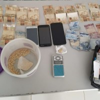 Polícia Militar apreende casal com drogas escondida em forno de fogão em residência no Bairro Nego do Bento