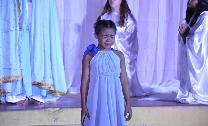 Aluna não conseguiu segurar a emoção durante a apresentação na Pastoral do Menor — Foto: Dominique Cavaleiro/G1