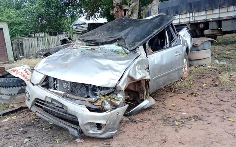 A caminhonete em que as três vítimas viajavam ficou praticamente destruída. (Foto:Reprodução)