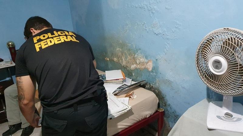 Agente da PF cumpre mandado de busca em Rondônia — Foto: PF/Divulgação