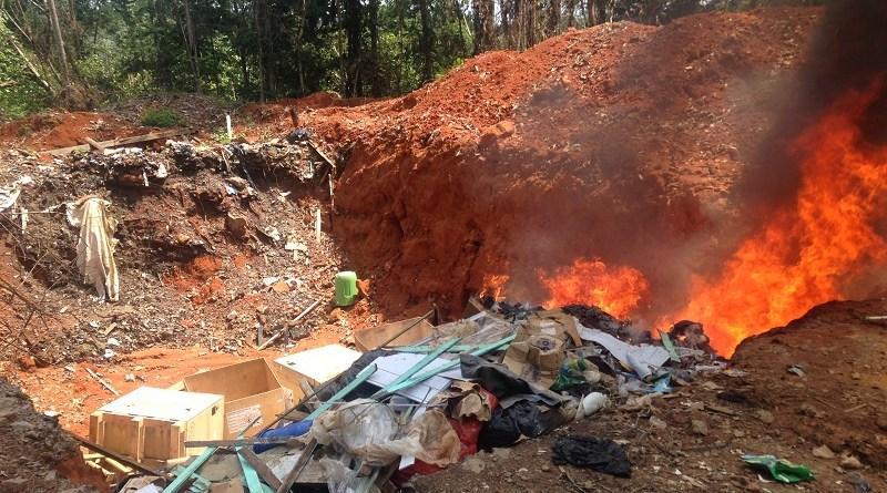 Pneus jogados em buraco para serem queimados(Foto:Via email Jornal Folha do Progresso)