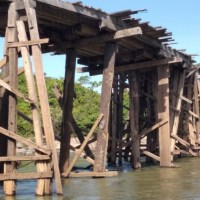 Rio Jamanxim- Motoristas de caminhões desrespeitam interdição de ponte ameaçada de cair