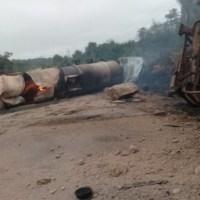 Carreta com  combustível tomba, explode, pega fogo e caminhoneiro é socorrido por populares na rodovia Br 163