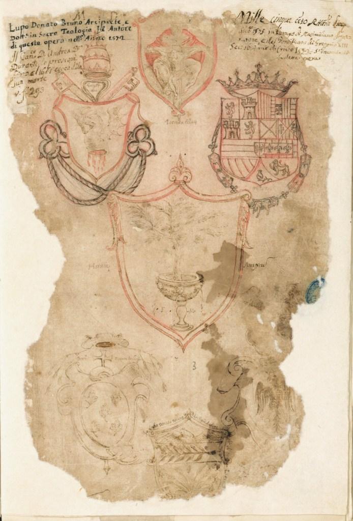 Fig. 3 – Frontespizio stemmato del Librone Magno, Manduria, Biblioteca comunale Marco Gatti, Manoscritti, ms. Rr/1-3 (1572-1810), c. 3r. La pluralità di insegne disegnate e acquerellate mette in scena la gerarchia dei poteri (religiosi e laici) esistenti all'epoca della compilazione del manoscritto (1572): il papa Gregorio XIII (in alto a sinistra), il re di Napoli Filippo II di Spagna (in alto a destra), l'arcivescovo di Oria Bernardino Figueroa (in basso a sinistra), il feudatario Davide Imperiali (in basso a destra). Al centro, lo stemma dell'Universitas, in alto quello del Capitolo della Collegiata di Manduria e in basso, quello dell'arciprete Lupo Donato Bruno.
