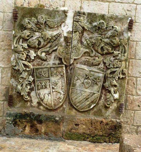 Fig. 6 – Oria, piazza d'armi del castello, particolare dello stemma di Giuseppe Martini-Carissimo