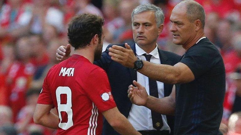 juan-mata-jose-mourinho-manchester-united-silvino-louro_3760070