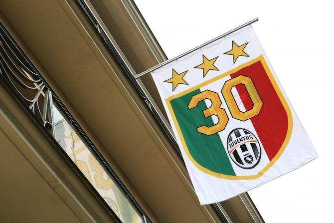 Alla sede della juventus sventola la bandiera con le 3 for Tre stelle arreda torino