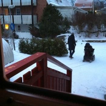 Hugo och assistent på väg till skolan i morse