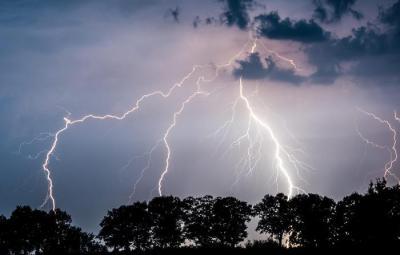 epa04907232 Lightning illuminates the nigh sky over Landkreis Oder-Spree in Jacobsdorf, Brandenburg, Germany 01 September 2015.  EPA/PATRICK PLEUL