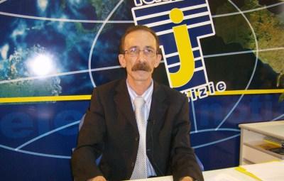 Il direttore di Telejato, Pino Maniaci, durante la lettura del telegiornale.   ANSA/ MICHELE NACCARI