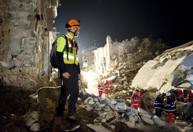 Il Corpo valdostano dei vigili del fuoco al lavoro tra le macerie provocate dal sisma, Amatrice (Rieti), 26 agosto 2016. ANSA/ UGO LUCIO BORGA - CORPO VALDOSTANO DEI VIGILI DEL FUOCO   +++ ANSA PROVIDES ACCESS TO THIS HANDOUT PHOTO TO BE USED SOLELY TO ILLUSTRATE NEWS REPORTING OR COMMENTARY ON THE FACTS OR EVENTS DEPICTED IN THIS IMAGE; NO ARCHIVING; NO LICENSING +++