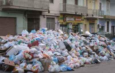 WCENTER 0XKGCJUJMD                Spazzatura acculmulata lungo le strade di Palermo, in una foto d'archivio. In Sicilia molte discariche sono quasi al collasso e i comuni ben presto non sapranno dove conferire i rifiuti, cosi' il governo di Raffaele Lombardo sta valutando l'ipotesi di smaltire l'immondizia fuori dall'isola, pagando per il servizio gli imprenditori privati a un costo non ancora quantificato.  ANSA/FRANCO LANNINO /GID