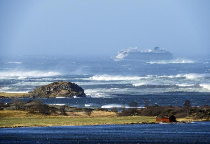 epa07458511 Cruise ship Viking Sky is drifting towards land and had sent out a mayday signal, off Hustadvika, Norway, 23 March 2019. Viking Sky reported engine failure in windy conditions off the west coast of Norway and will evacuate its 1,300 passengers.  EPA/Frank Einar Vatne BEST QUALITY AVAIALBLE  NORWAY OUT