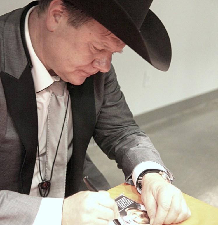 Игорь Бутман раздает автографы в Хьюстоне. Фото Ольги Вайнер, «Наш Техас».