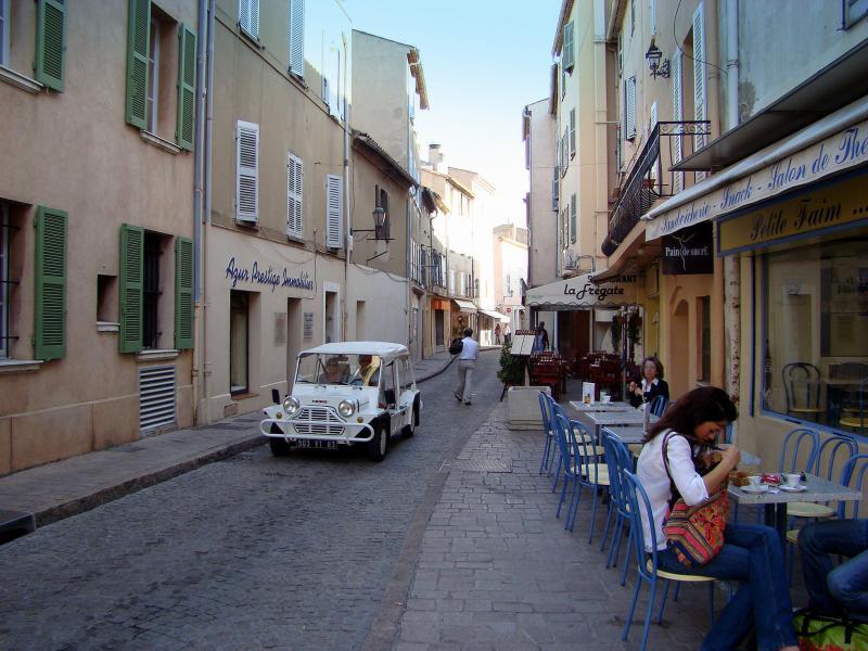 Una calle de Saint Tropez (Consuelo Oliveira)