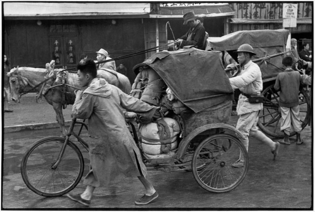 """CHINA. Jiangsu. Nankin. April 1949. """"Le défilé interminable des soldats en retraite à travers les rues de Nankin. Ils s'égrènent vers le Sud, chacun pour soi."""""""