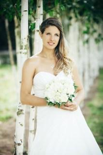 Hochzeitsbilder der Braut vor Birkenbäumen neben der Hochzeitslocation.