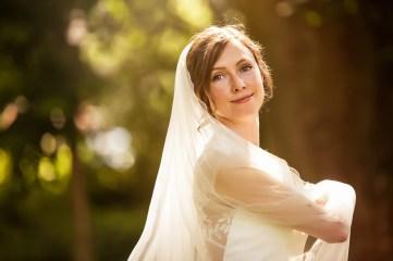 Wunderschöne Braut in weißem Hochzeitskleid in der Natur.