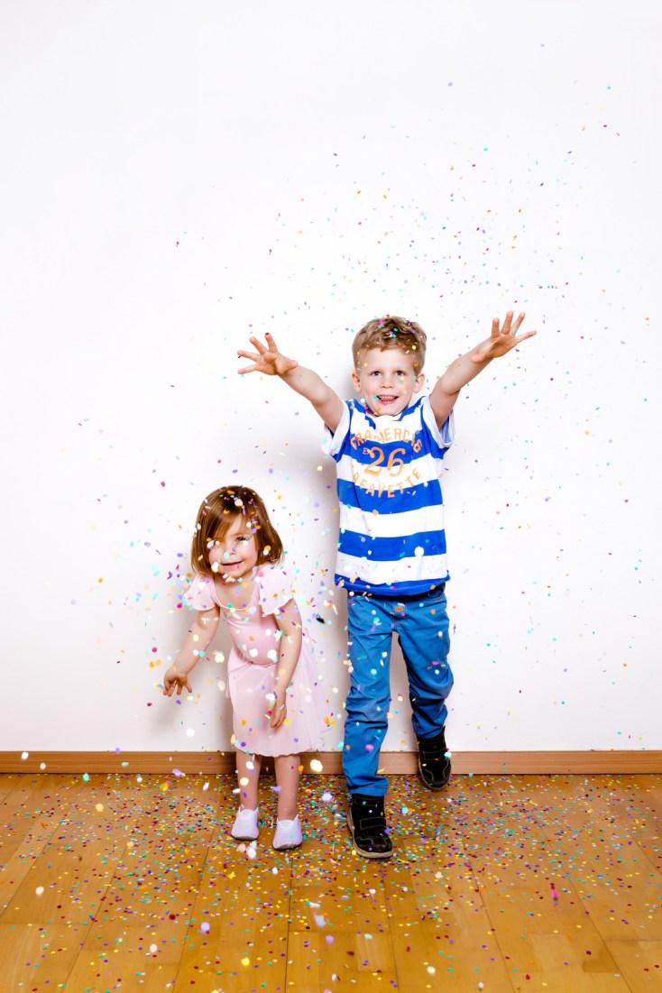 Kinderfotos die Spaß machen. Familienfotos mit Konfetti.