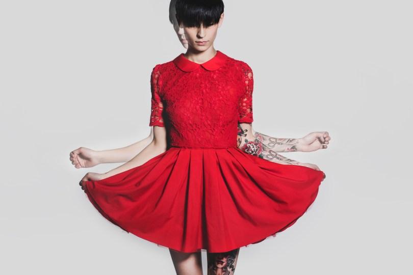 Doppelbelichtung eines Portraits von einer Frau im roten Kleid.