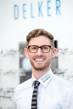 MitarbeiterPortrait für den Optiker delker aus Mannheim. netter Mann mit Brille.