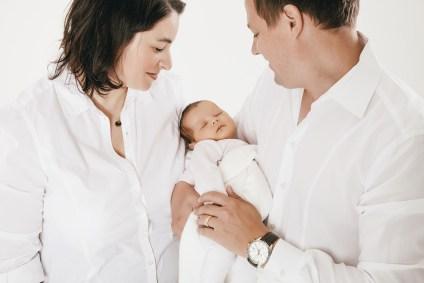 Familienfotos und Newbornshooting. Alle einheitlich in weiß gekleidet.