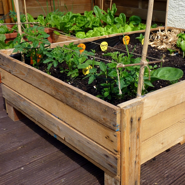 Container gardening diy planter box from pallets foxy folksy for Pallet box diy