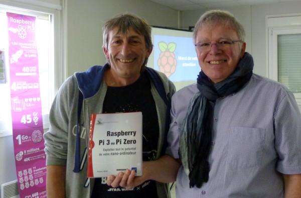 Remise du livre Raspberry Pi 3 ou Pi Zero à Rolland qui a gagné le tirage au sort
